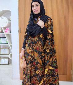 5 Gaya Selebgram Berhijab Tampil Cantik dengan Batik 5