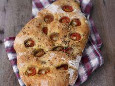 Focaccia mit Tomaten ist ein Rezept mit frischen Zutaten aus der Kategorie Fruchtgemüse. Probieren Sie dieses und weitere Rezepte von EAT SMARTER!