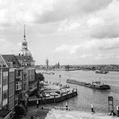Dordrecht<br />Dordrecht: Het Groothoofd was in die tijd (1970) een gewilde plek om lekker rustig vanuit je auto te kijken naar de schepen op de rivier.