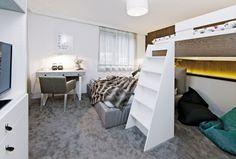 Pod vyvýšenou postelí, která byla jako většina nábytku v interiéru vyrobena podle návrhů Wawa design, mají Adam s Filipem svůj soukromý úkryt, kde si často hrají i odpočívají