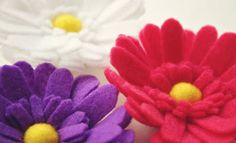 Easy and stunning craft tutorials to make felt flowers. Use them for pins, decorations, wreaths or beautiful gift embellishments. Felt Flowers, Diy Flowers, Fabric Flowers, Paper Flowers, Flower Diy, Pretty Flowers, Felt Diy, Felt Crafts, Diy Crafts