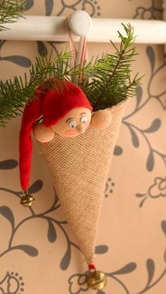 Sæt et par grankviste i kræmmerhuset bag nissen, og du har den sødeste lille dekoration christmastreeornaments Christmas Gnome, Christmas Sewing, Christmas Art, Christmas Projects, Christmas Holidays, Christmas Quotes, Christmas Tree Ornaments, Christmas Decorations, 242