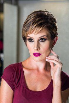 Cabelo curto não precisa ser sempre igual! Confira as dicas da hairstylist Karina Xavier para criar penteados estilosos e diferentes.
