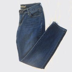 Old Navy Sweetheart Jeans Old Navy Curvey Sweetheart skinny jeans. Lighter blue with gold thread. Size 6 short Old Navy Jeans Skinny