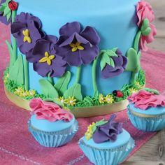 Voorjaar, de tijd dat alle bloemen weer in bloei komen! Dit taartje met bijpassende cupcakes brengt het voorjaar in huis.