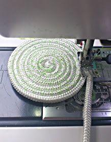 was ihr braucht ist eine Wäscheleine oder dickere Kordel     die Leine zu einem Kreis aufwickeln...an der Nähmaschine einen größeren Zick...