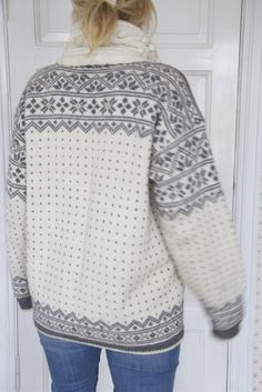 Telemarkskofta, oppskrift i boka Norsk Strikk av Karen Marie Vinje Knitting Machine Patterns, Fair Isle Knitting Patterns, Norwegian Style, Norwegian Knitting, Knit Or Crochet, Crochet Clothes, Traditional Outfits, Knitting Projects, Clothing Patterns