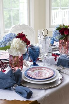 4th of July champagne brunch | Using elegant red, white and blue tableware to celebrate July 4th in a unique way | #Designthusiasm