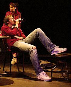 Lee Pace theater No se ustedes pero es la foto mas sexy que he visto en mi vida de este hombre!!!! zapatillas, jeans y sudadera con una cerveza es demaciado!!!!!!!