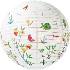 Des lanternes en papier de riz, tout aussi décoratif et doux le jour et la nuit.