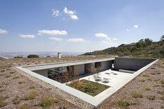 Résidence contemporaine enterrée épousant parfaitement la nature en Italie, une-Residenza-Privata-par-Osa-Architettura #construiretendance