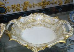 Beautiful Old Paris porcelain bowl with shell molding on sides and two open handles. Only very slightest wear to gilt, no repairs, in fine condition.  A stunning piece!
