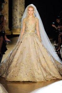 Elegantes vestidos de novia con un toque de dorado 2