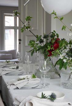 Slik dekker du et vakkert til familie og venner Hygge, Paint Colors, Flower Arrangements, Special Occasion, Table Settings, Table Decorations, Flowers, Christmas, Painting