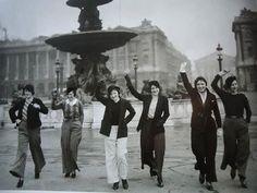 ournée internationale des droits des femmes  1933 - Place de la Concorde : les premières parisiennes qui osent se faire prendre en photo en pantalon.  31 janvier 2012 : Le ministère des Droits des Femmes abroge la loi interdisant aux Parisiennes (depuis 1800) de porter des pantalons.  #8mars2017 #JourneeInternationaleDesDroitsDesFemmes