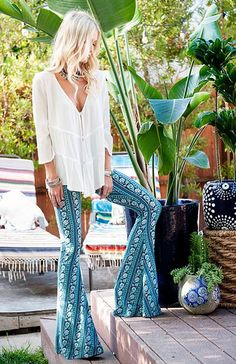hippie style 509891989052334396 - Formidable tenue hippies style and fashion hippie life style pantalon long evase Source by archzinefr Looks Boho Chic, Look Hippie Chic, Looks Hippie, Hippie Boho, Bohemian Gypsy, Hippie Style Summer, Bohemian Shirt, Bohemian Outfit, Hippie Masa