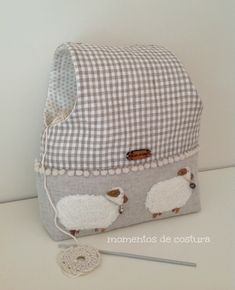 Sewing moments: Tutorial work keeps crochet bags Sewing Hacks, Sewing Tutorials, Sewing Crafts, Sewing Projects, Purse Organizer Pattern, Yarn Bag, Fabric Boxes, Diy Couture, Denim Bag