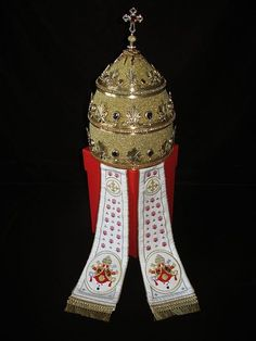Pope. The story of the Triple Crown. A fantastic Jewel http://yareah.com/pope-story-triple-crown-0660/