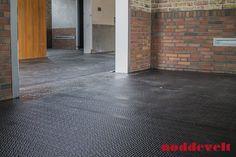 Rubber gietvloer gecombineerd met een hamerslag antislip mat.  #SMDC in Heesch