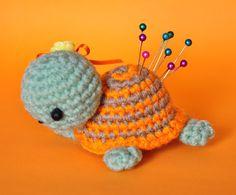 Tortuguita alfiletero a pedido de una amiga.   Patrón gratuito: http://www.crochetville.com/community/topic/40998-tiny-striped-turtle/...