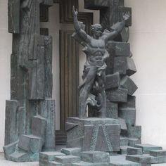 """On the corner of a Cannon Street office: """"Break the wall of Distrust"""" by People's Artist of the USSR, Zurab Tsereteli @elliswoodman"""