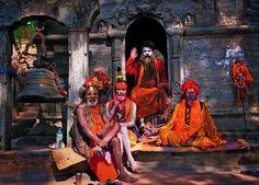 Asceci, zwani sadhu, przed świątynią Pashupatinath. - Jedź do Nepalu! Ceny spadły nawet o połowę