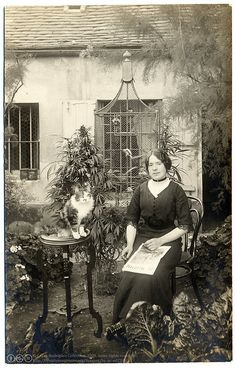 Vintage 900 Cn stunning photograph dated to circa 1910 in Paris appears to show a large cannabis plant in the background (Postaletrice) Antique Photos, Vintage Pictures, Old Pictures, Vintage Images, Old Photos, Vintage Abbildungen, Vintage Paris, Weird Vintage, Vintage Woman