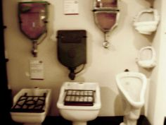 A la izda. vemos varios vierte aguas. El resto diferentes urinarios y water. Palacio de las Aguas Corrientes en Buenos Aires