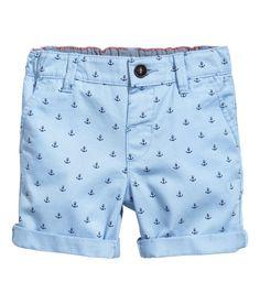 Sieh's dir an! Shorts aus stretchigem, gewaschenem Baumwolltwill. Bund mit verstellbarem Gummizug und Knopf vorn. Seitentaschen und eine paspelierte Ziertasche hinten. – Unter hm.com gibt's noch viel mehr.