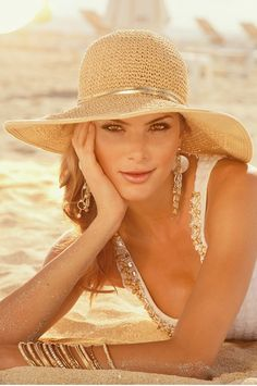 go glam at the beach with big floppy hat and gold jewelry
