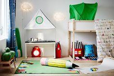 IKEA ontwierp HEMMAHOS om eindeloos speelplezier te stimuleren. Deze collectie kinderspeelgoed en woninginrichting viert hoe kinderen van eenvoudige dingen iets magisch en eenvoudig kunnen maken. De collectie bevat beddengoed, gordijnen, vloerkleden en baldakijnen.