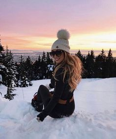 This is something beautiful! Just look at this beautiful winter idyll, this beautiful sunset! I feel perfect, even as I sit on the snow. Warm winter clothes , all we need for a wonderful winter vacation. Fall Winter Outfits, Winter Wear, Autumn Winter Fashion, Outfits For The Snow, Winter Holiday, Mode Au Ski, Outfit Invierno, Winter Stil, Ski Fashion