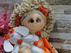 Boneca em eva, com cabelos de lã e saia de tecido