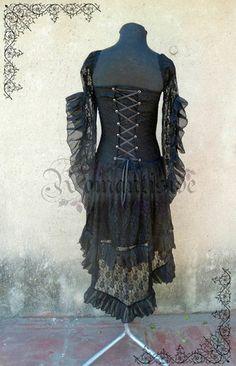 Vestido Victorian Lady  De modal, encaje y volados en microtul. Con mangas abiertas con volados, escote corazón, falda con cola y espala cruzada con transparencia