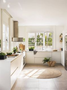 Charming house in Madrid by architect Juan Monteverde de Mesa Kitchen Dining, Kitchen Decor, Charming House, Monteverde, Dining Room Design, Beautiful Kitchens, Apartment Living, Kitchen Remodel, Sweet Home
