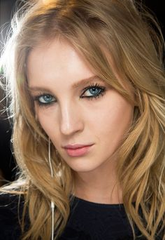 Fall 2015 beauty - Hair at Versace was styled in textured, messy waves by Guido Palau and his team. Winter Trends 2016, Fall 2015, Makeup Trends, Beauty Trends, Makeup Ideas, Messy Waves, Beautiful Redhead, Strawberry Blonde, Girls With Glasses