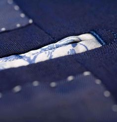 Jets-in-Facing The jets of the inside pockets extends into the facing, which requires extra work during the tailoring of the suit. As a result, the inside pockets are closer to the front and easier to reach. this is a feature you rarely find today.
