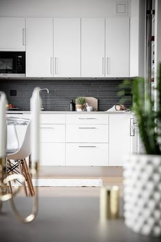 Skåpsluckor och lådor går i vitt med rostfria beslag och erbjuder gott om förvaringsmöjligheter. Ovanför bänkskivan i laminat sitter mörkgrå stavmosaik som gör ett snyggt avbrott mot det annars vita i köket | Ballingslöv