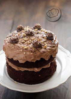 Podríamos decir que esta receta de tarta de chocolate con crema de avellanas es nuestro regreso triunfal al mundo de la publicación de recetas. Una tarta de esas que nos salen de vez en cuando que te piden comer acelgas para poder llegar al postre con ganas de darlo todo. Como no nos ha sobrado...Read More »