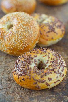 La recette des fameux pains bagels, avec du levain en plus ! Pain Bagel, Bagels, Plat Simple, Sourdough Bread, Biscuits, Sandwiches, Gluten, Food, Sorbets