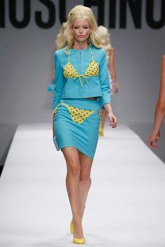 Moschino Spring 2015 Ready-to-Wear Collection Photos - Vogue Runway Fashion, High Fashion, Fashion Show, Fashion Outfits, Fashion Design, Weird Fashion, Milan Fashion, Haute Couture Style, Moschino