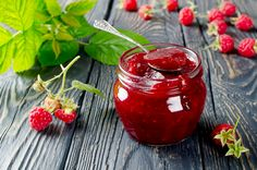 This is the best raspberry jam recipe I've ever tasted! It's easy, doesn't need pectin, and delicious on bread or as a dessert topping. Raspberry Freezer Jam, Homemade Raspberry Jam, Raspberry Bush, Raspberry Recipes, Jelly Recipes, Jam Recipes, Sweet Recipes, Recipies, Agar Agar