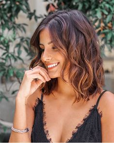 Simply the Best Hair Shades for Brunettes Medium Hair Cuts, Medium Hair Styles, Curly Hair Styles, Wavy Bob Hairstyles, Brown Blonde Hair, Long Brunette Hair, Short Wavy Hair, Hair Highlights, Balayage Hair