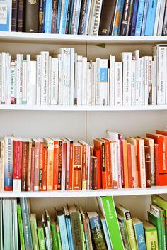 Iby Lippold Haushaltstipps : Bücher nach Farben sortieren