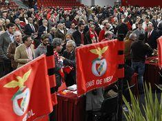 Dia de Mística e Benfiquismo. O Pavilhão n.º 2 da Luz foi o palco de mais uma emotiva cerimónia de Entrega dos Emblemas de Dedicação e Anéis de Platina. Este sábado (25/02/2017) foram agraciados 1029 Sócios do Sport Lisboa e Benfica.