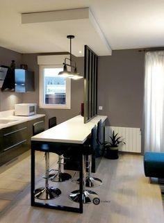 Réalisation d'une cuisine ouverte avec verrière et suspension métal.
