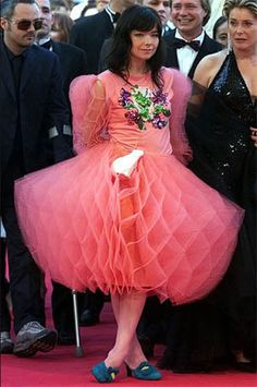 Björk à Cannes pour la projection de Dancer in the Dark Crazy Dresses, Ugly Dresses, Ugly Outfits, Bad Fashion, Fashion Fail, Weird Fashion, Funny Fashion, Fashion Weeks, Paris Fashion
