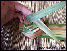 How to make flax flowers Step 7 Flax Flowers, Diy Flowers, Flower Diy, Palm Frond Art, Palm Fronds, Flax Weaving, Coconut Leaves, Flax Plant, Flower Arrangements Simple