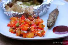 Köstliche Grillbeilagen: Aprikosen-Paprika-Salsa mit Pistazien und Minze und Tomaten-Feta-Päckchen     http://schoenertagnoch.blogspot.de/2012/08/kostliche-grillbeilagen-aprikosen.html