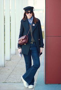 Снова в моде. С чем носить брюки и джинсы клеш женщинам 40+